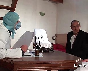 Freeze vieille mariee se fait defoncee le cul chez le gyneco en triad avec le mari