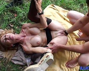 Bonne cougar kirmess et bien of age baisée dans un champ [full video]