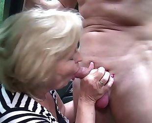 Omi treibt es wild in ihrem job