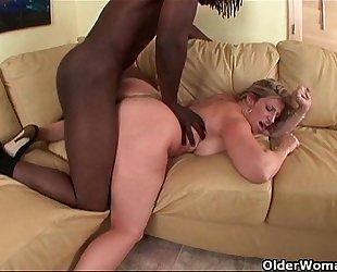 Busty milf drains a large dark 10-Pounder
