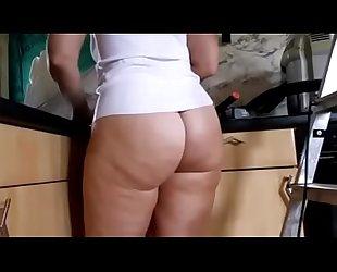 Mamã_e naturista limpando a casa