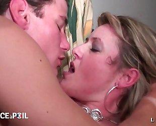 Casting non-professional d une maman cougar sodomisee et fistee avec un boobjob
