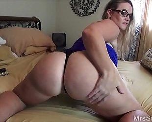 Chubby slutwife bonks her butt with toys